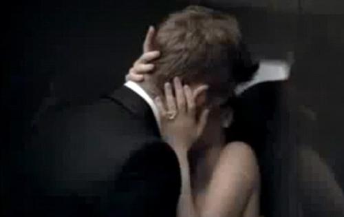 Поцелуй в лифте видео ошибаетесь