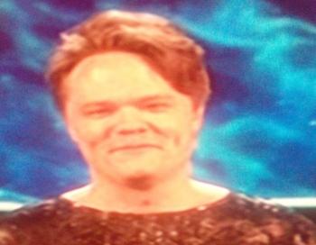 Toms Grēviņš kleitā izskatās pēc Laimdotas Straujumas