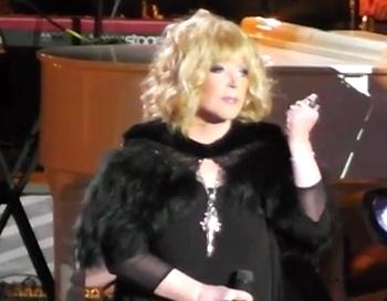 Genovevai skanot, šokējoši slaidā Alla Borisovna sveic Raimondu Paulu 80 gadu jubilejā Maskavā
