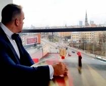 Nācija satraukusies, ka Kivičs Skulmi apprecējis stāvoklī, jau ceturtajā mēnesī