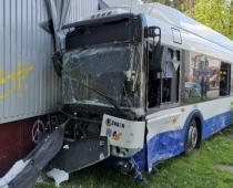 Publicējam liktenīgo autokatastrofas video, kā pārdzēries Mercedes vadītājs ietriecas 15. maršruta trolejbusā Ķengaragā