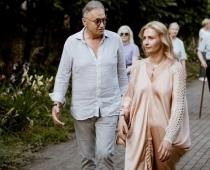FOTO: 64 gadu vecumā miljonārs Zuzāns pieķerts ar divreiz jaunāku mīļāko